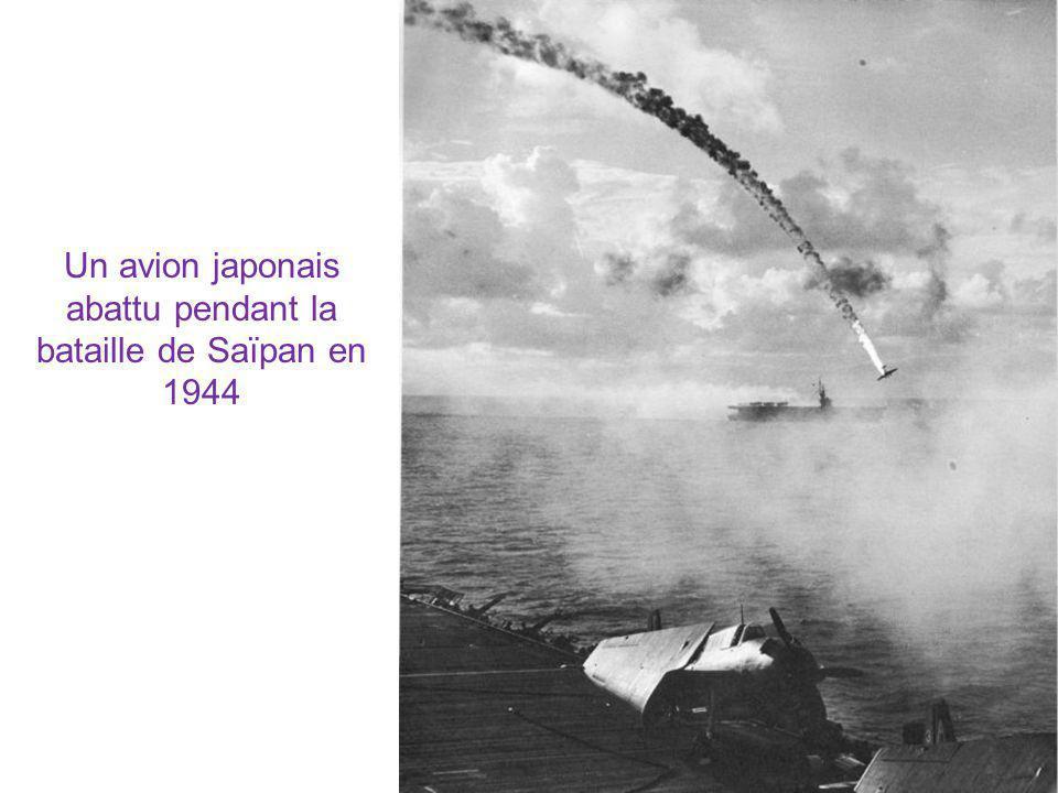 Un avion japonais abattu pendant la bataille de Saïpan en 1944