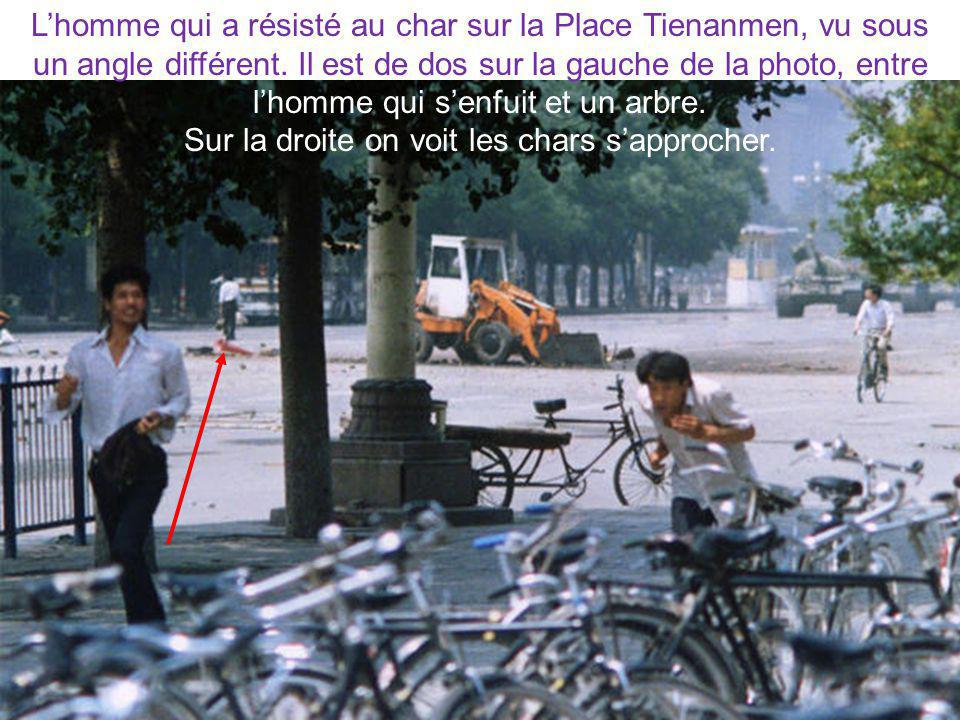 Lhomme qui a résisté au char sur la Place Tienanmen, vu sous un angle différent. Il est de dos sur la gauche de la photo, entre lhomme qui senfuit et