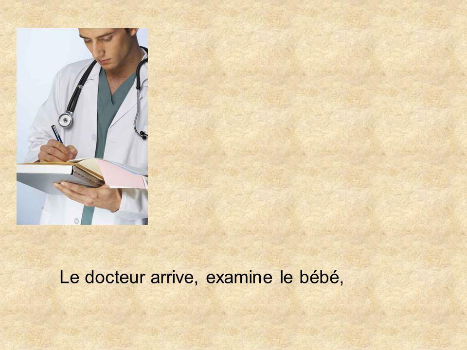 Une dame et un bébé attendent patiemment le docteur pour le premier examen du bébé.