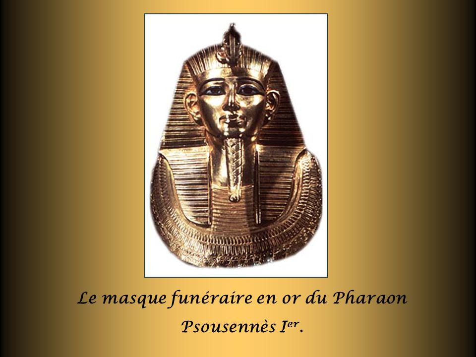 Le masque funéraire en or du Pharaon Psousennès I er.