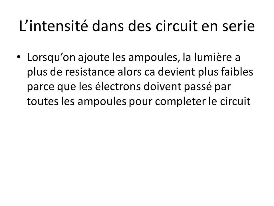 Lintensité dans des circuit en serie Lorsquon ajoute les ampoules, la lumière a plus de resistance alors ca devient plus faibles parce que les électro