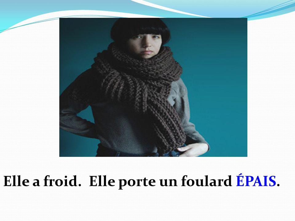 Elle a froid. Elle porte un foulard ÉPAIS.