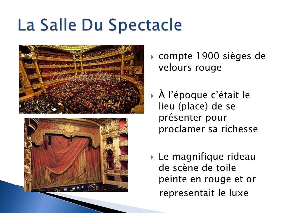 compte 1900 sièges de velours rouge À lépoque cétait le lieu (place) de se présenter pour proclamer sa richesse Le magnifique rideau de scène de toile peinte en rouge et or representait le luxe