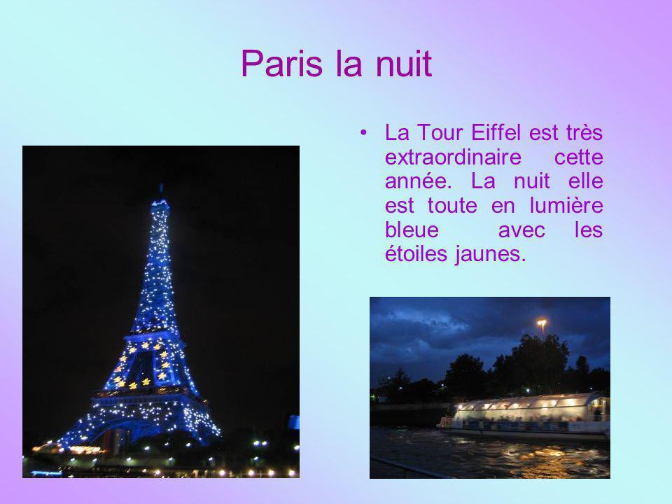 Paris la nuit La Tour Eiffel est très extraordinaire cette année. La nuit elle est toute en lumière bleue avec les étoiles jaunes.