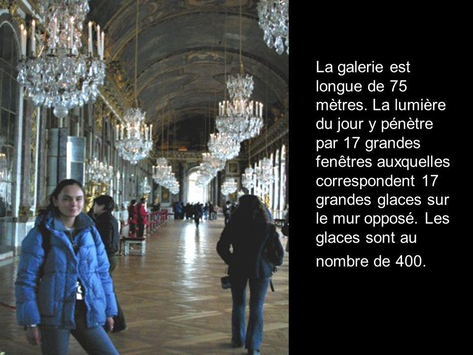 La galerie est longue de 75 mètres. La lumière du jour y pénètre par 17 grandes fenêtres auxquelles correspondent 17 grandes glaces sur le mur opposé.