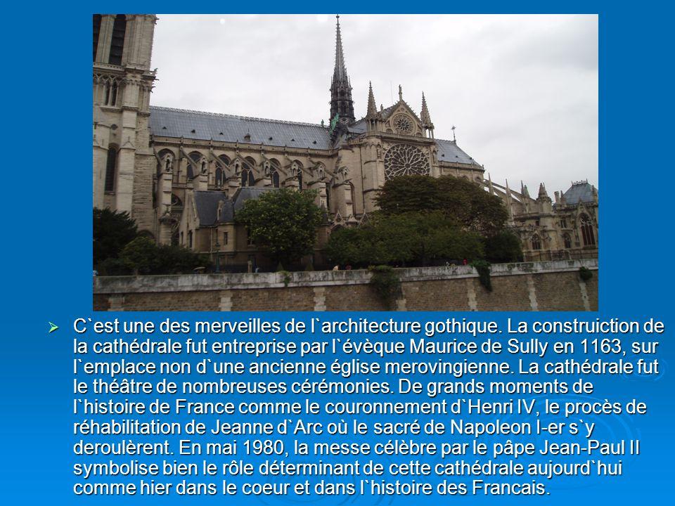 C`est une des merveilles de l`architecture gothique. La construiction de la cathédrale fut entreprise par l`évèque Maurice de Sully en 1163, sur l`emp