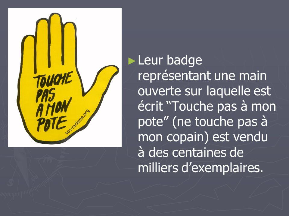 Leur badge représentant une main ouverte sur laquelle est écrit Touche pas à mon pote (ne touche pas à mon copain) est vendu à des centaines de millie