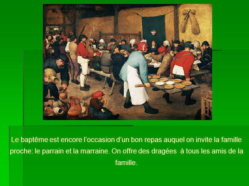 Le baptême est encore loccasion dun bon repas auquel on invite la famille proche: le parrain et la marraine. On offre des dragées à tous les amis de l