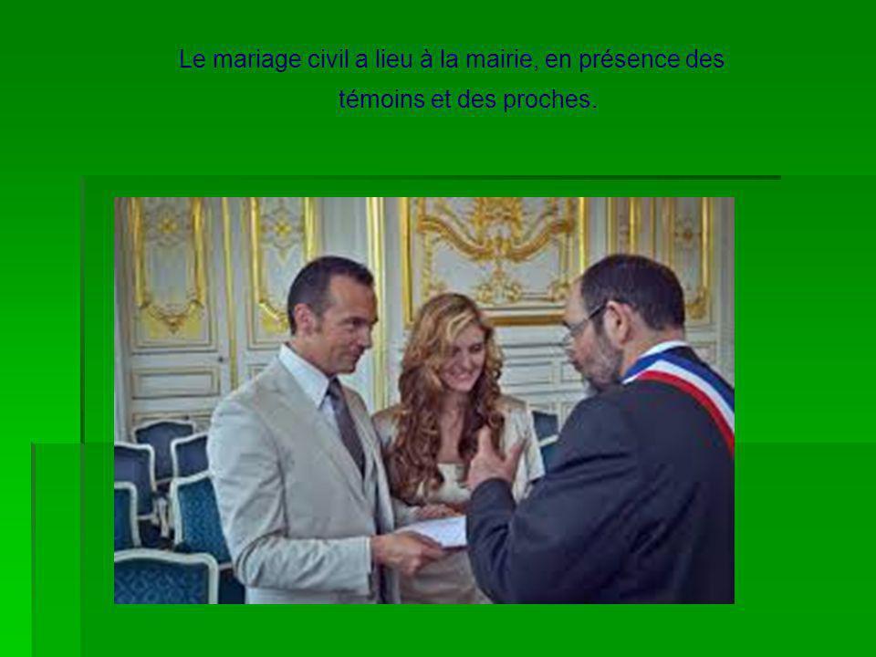 Le mariage civil a lieu à la mairie, en présence des témoins et des proches.