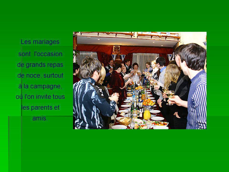 Les mariages sont l'occasion de grands repas de noce, surtout à la campagne, où l'on invite tous les parents et amis.