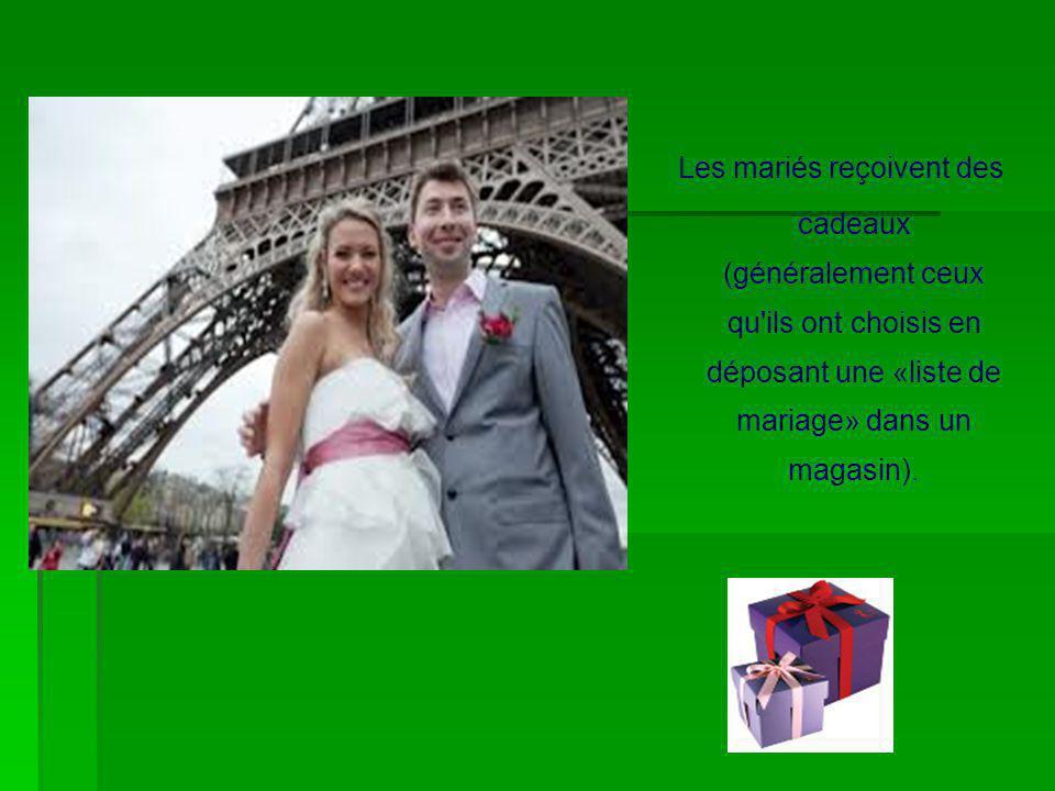 Les mariés reçoivent des cadeaux (généralement ceux qu'ils ont choisis en déposant une «liste de mariage» dans un magasin).