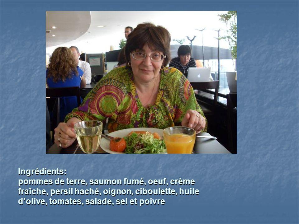Ingrédients: pommes de terre, saumon fumé, oeuf, crème fraîche, persil haché, oignon, ciboulette, huile dolive, tomates, salade, sel et poivre