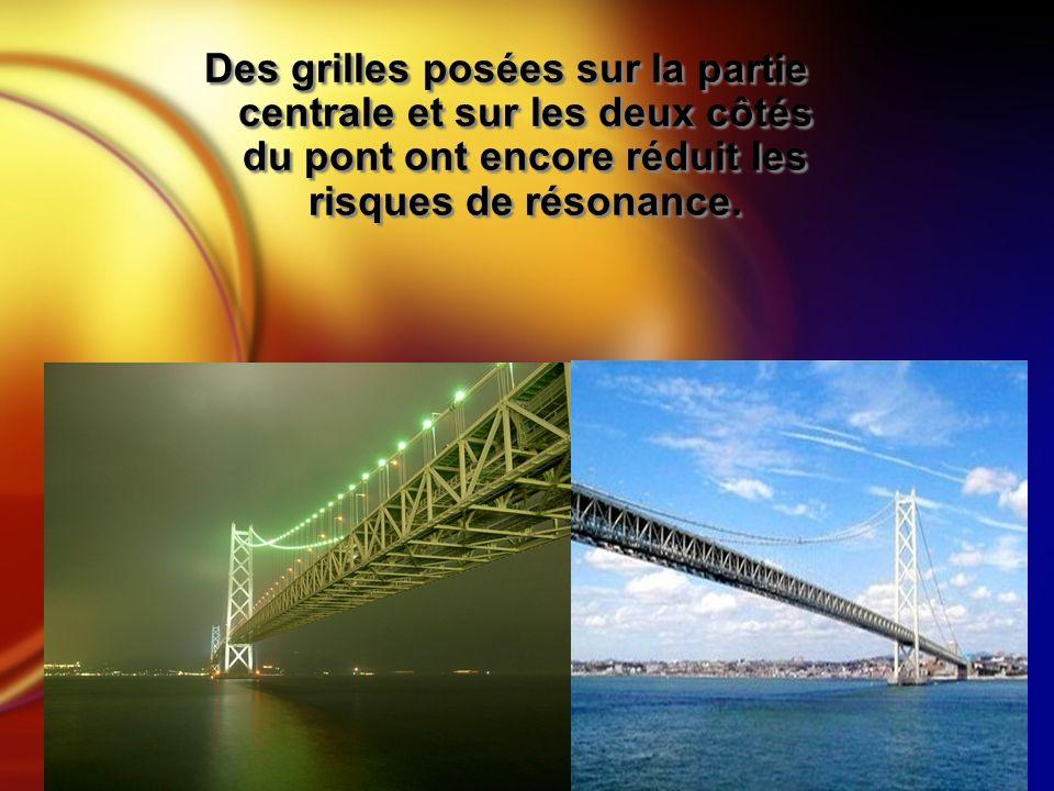 Des grilles posées sur la partie centrale et sur les deux côtés du pont ont encore réduit les risques de résonance.