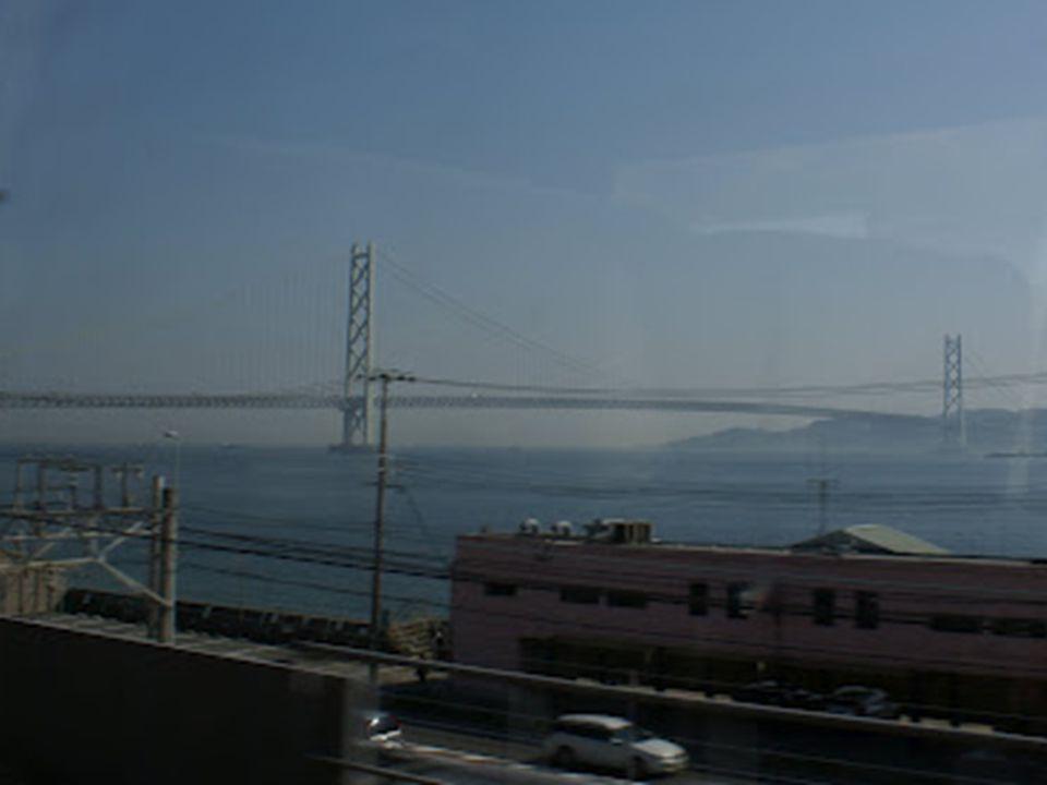 Avant la construction du pont, les passagers devaient emprunter des ferries afin de franchir le détroit d'Akashi