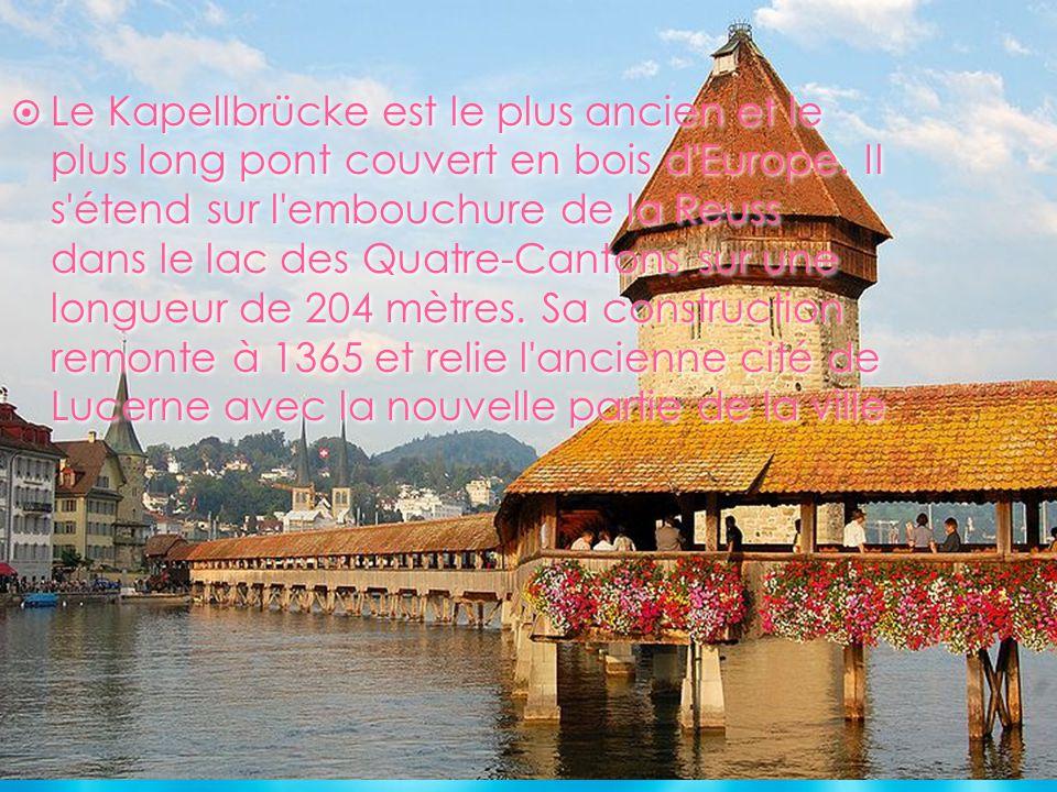 Le Kapellbrücke est le plus ancien et le plus long pont couvert en bois d'Europe. Il s'étend sur l'embouchure de la Reuss dans le lac des Quatre-Canto