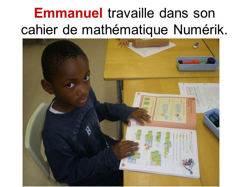 Emmanuel travaille dans son cahier de mathématique Numérik.