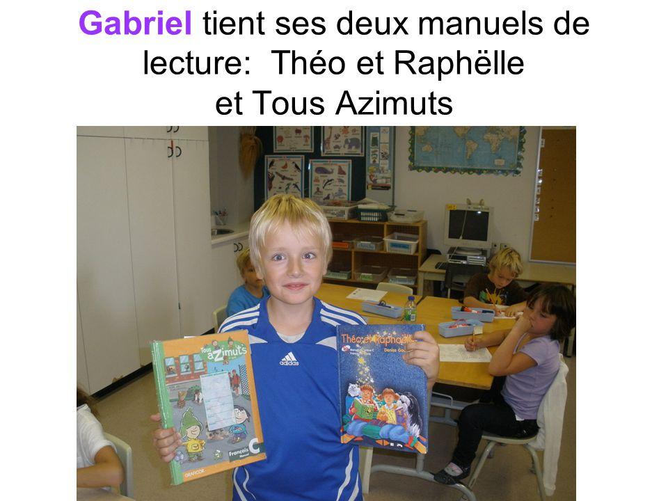 Gabriel tient ses deux manuels de lecture: Théo et Raphëlle et Tous Azimuts