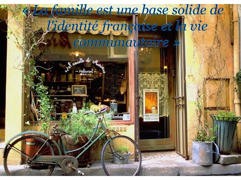 Lévolution de la famille Pas toujours « un père et une mère » 60% des mères françaises ont un travail; le père nest pas toujours « le gagne-pain.