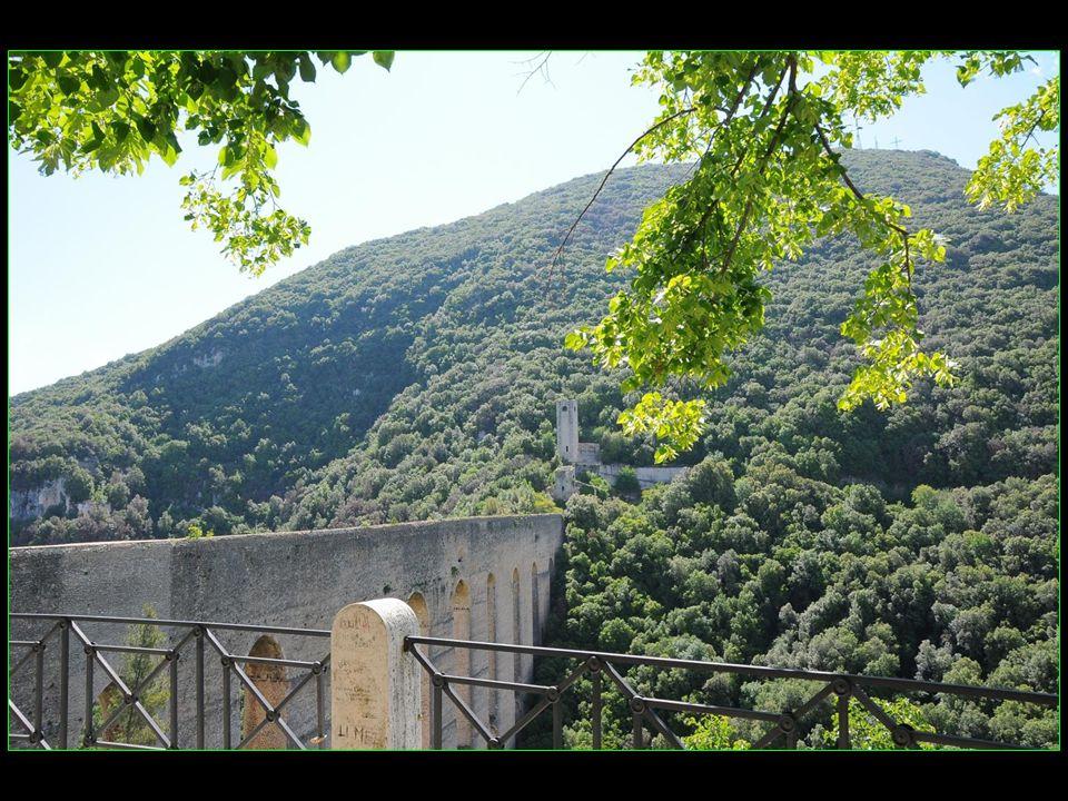 Le Pont des Tours Ponte delle Torri XIII me siècle 230 m de longueur 82 m de hauteur Il sagit dun aqueduc romain lombard symbole de la ville