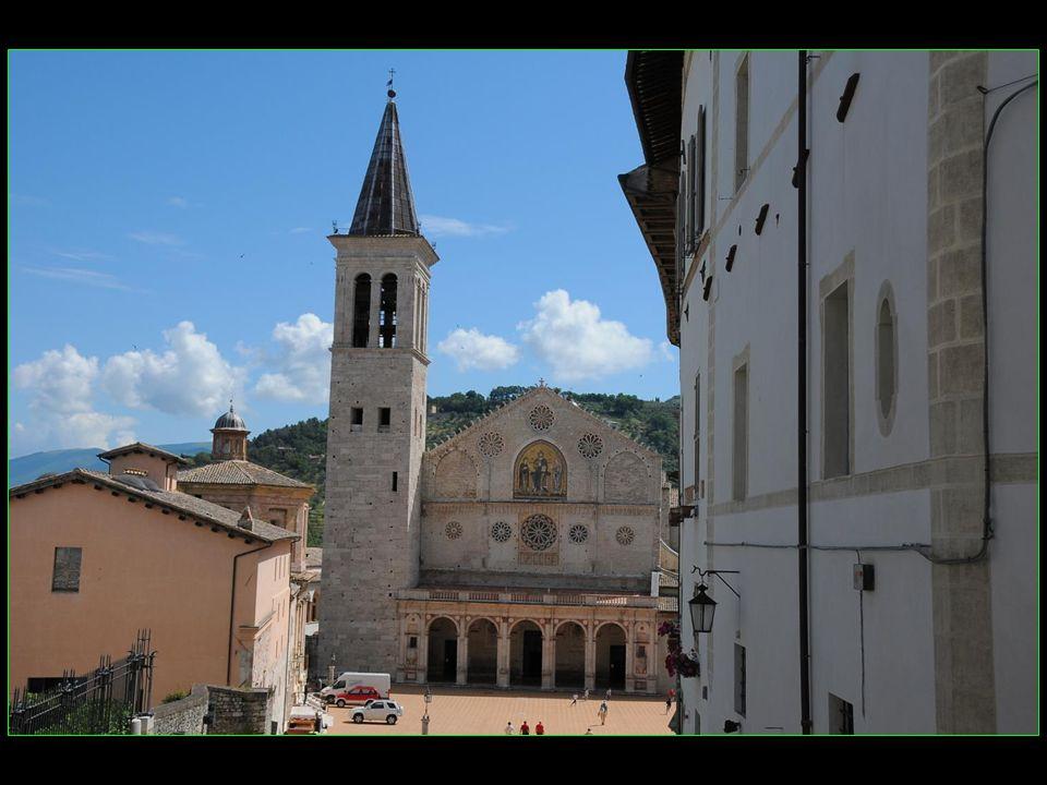 Le porche roman dorigine fut remplacé au XV me siècle par un porche de style Renaissance