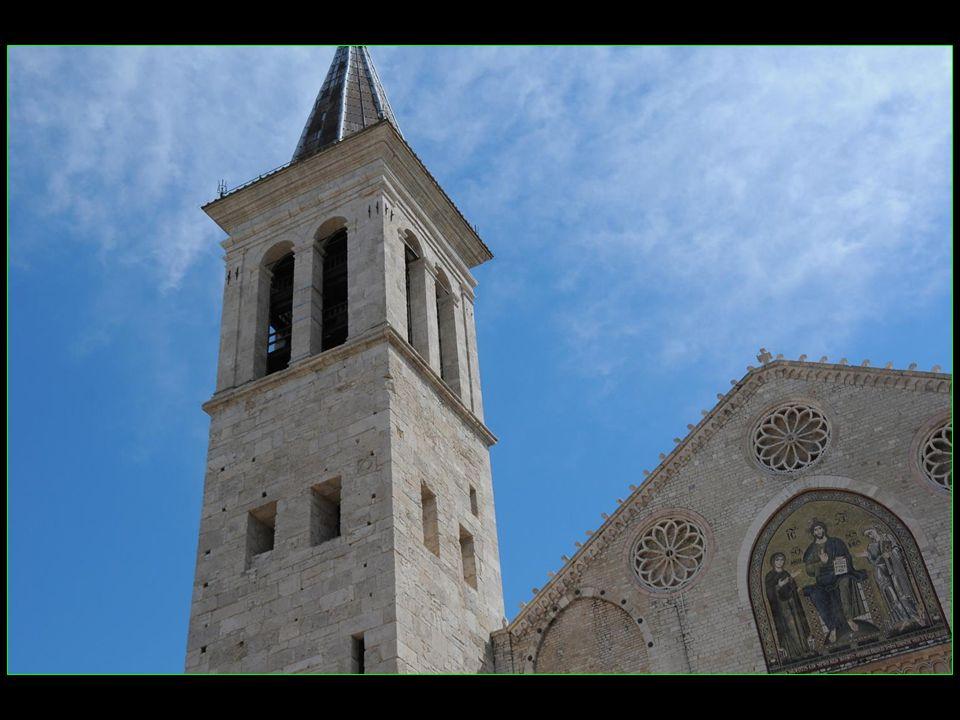 Elle fut édifiée au XI et XII mes siècles en style roman.
