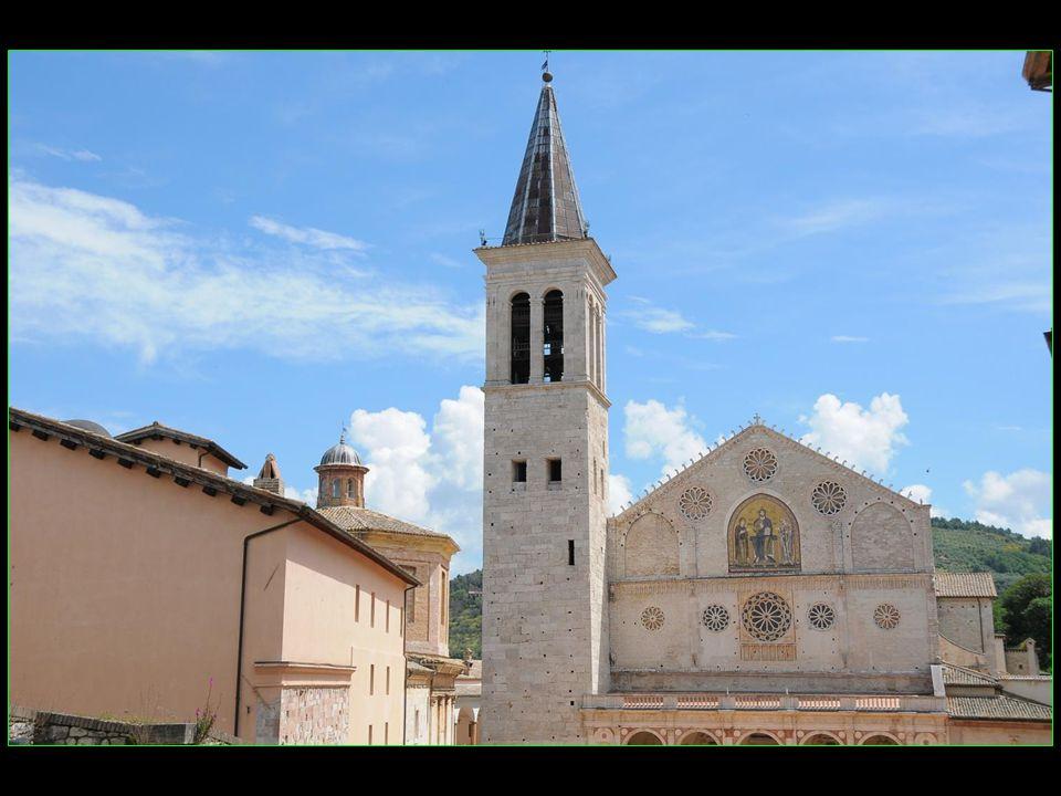 La partie la plus marquante de lédifice est incontestablement la façade, une des plus belles de lart roman ombrien