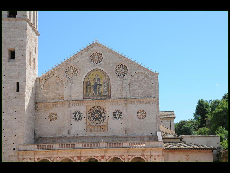 cette façade tripartite est ornée de huit rosaces et dune grande mosaïque