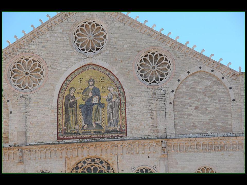 Le deuxième étage est orné dune grande mosaïque représentant Le Christ bénissant entre La Vierge et Saint Jean et est surmonté de trois grandes rosaces aveugles