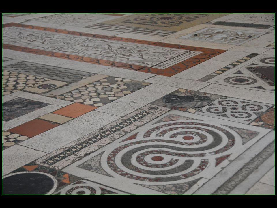 Lintérieur fut entièrement modifié au XVII me siècle par le pape Urbain VIII ancien évêque de Spoleto