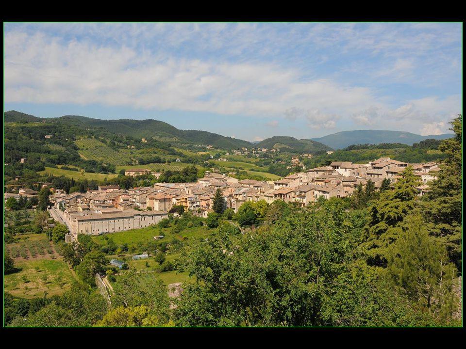 Spoleto est situé à lextrémité sud de la vallée de lOmbrie sur la colline Sant Elia
