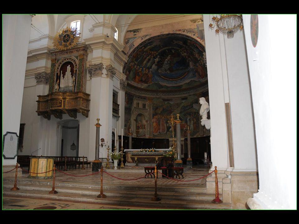 A lintérieur, le chœur est orné de fresques représentant les épisodes de la Vie de la Vierge fresques réalisées par Fra Filippo Lippi entre 1467 et 1469