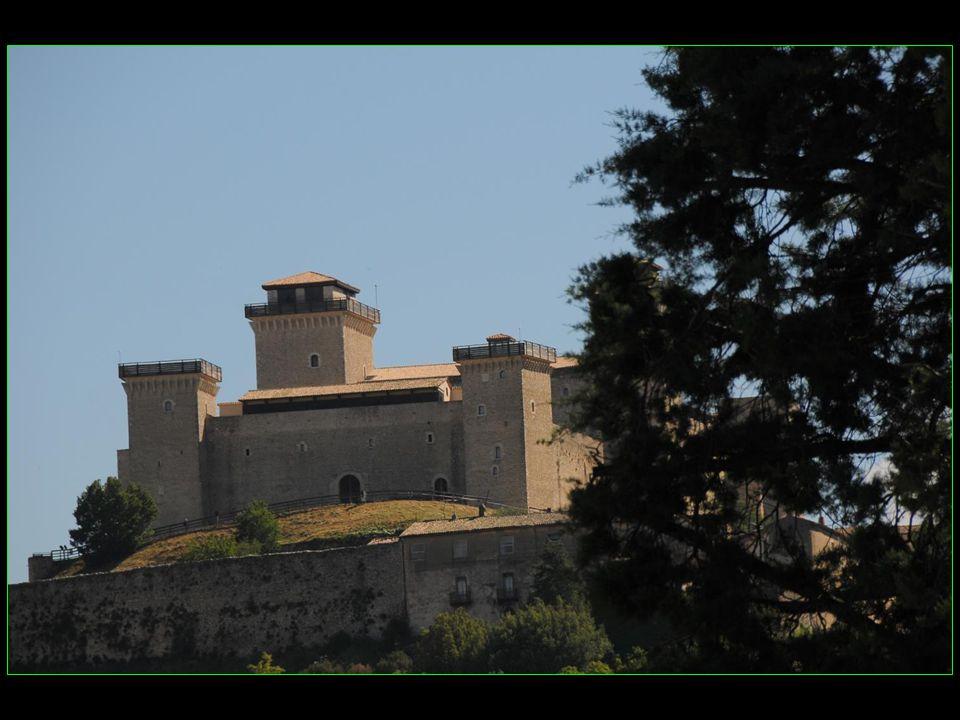 La majestueuse forteresse Rocca Albornoz construite en 1359 - 1370 par larchitecte Matteo Gattapone