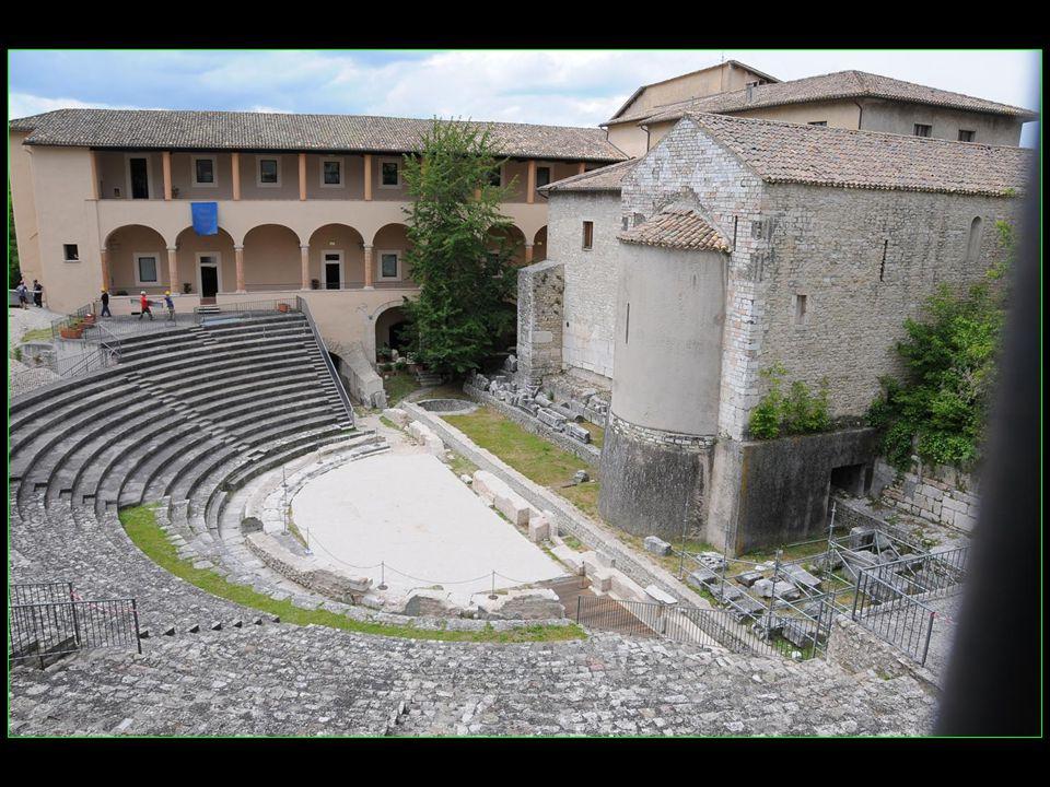 Le festival des Deux Mondes a été fondé en 1958 par Gian-Carlo Menotti qui a choisi Spoletto avec son Théâtre romain