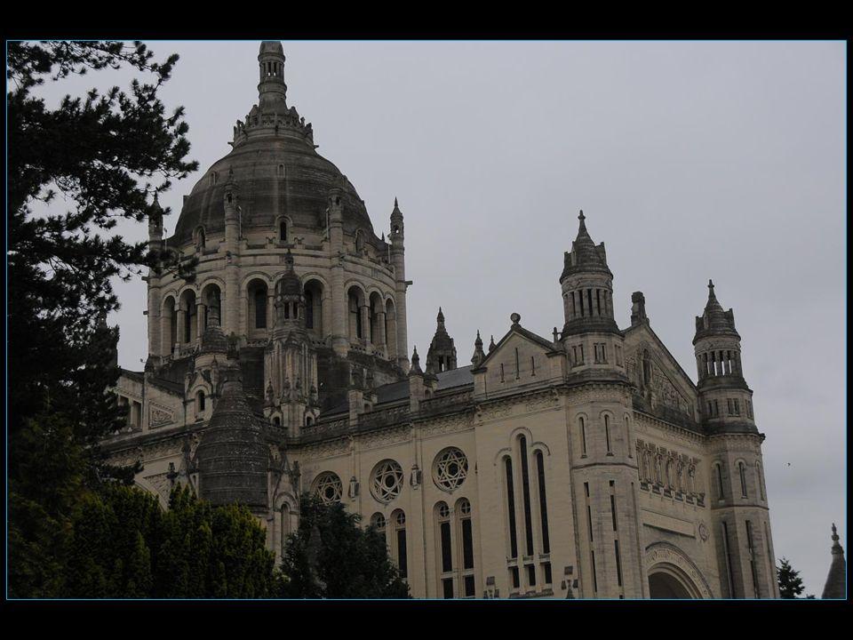 Basilique Sainte-Thérèse de Lisieux deuxième lieu de pèlerinage en importance en France après Lourdes