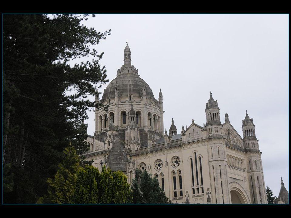 Sainte Thérèse de Lisieux ayant été béatifiée en 1923 et canonisée en 1925, il fut décidé de construire une grande basilique vouée au pèlerinage dans la ville où elle avait vécu et où elle était morte