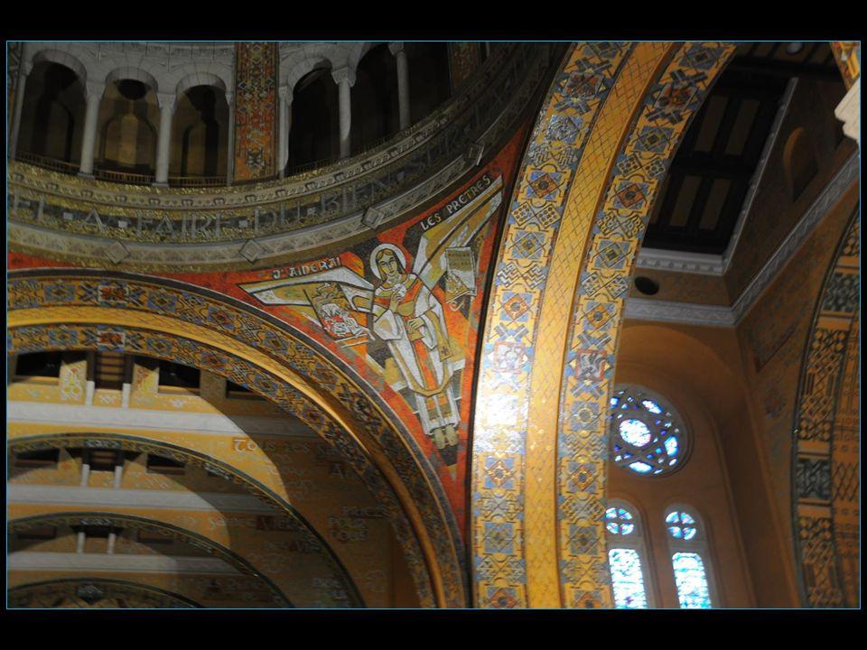 Les dessins des cartons des mosaïques et des vitraux sont de Pierre Gaudin