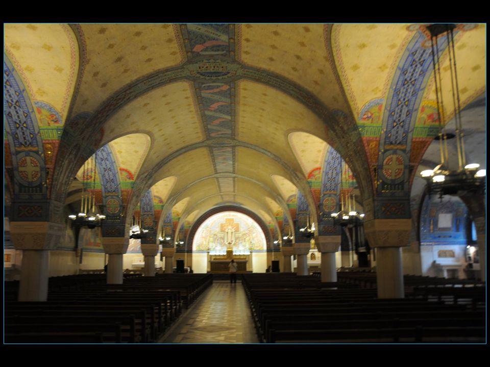 La crypte, terminée en 1932, évoque le secret de la vie spirituelle de Thérèse.