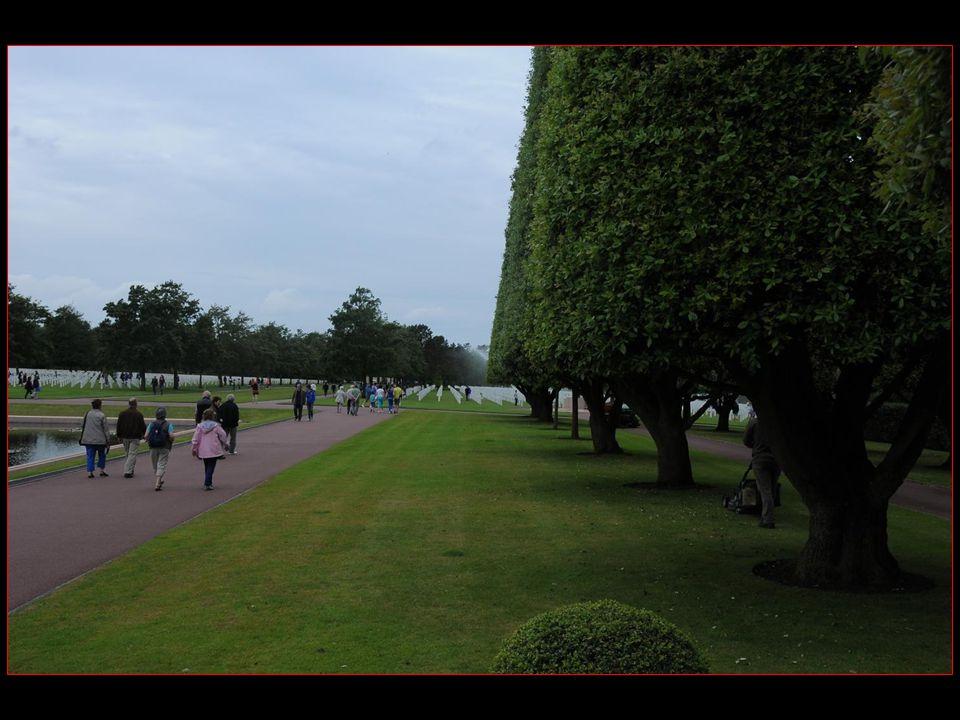 Le cimetière a remplacé un premier cimetière provisoire dit de Saint-Laurent, établi a proximité dès le 08 juin 1944.
