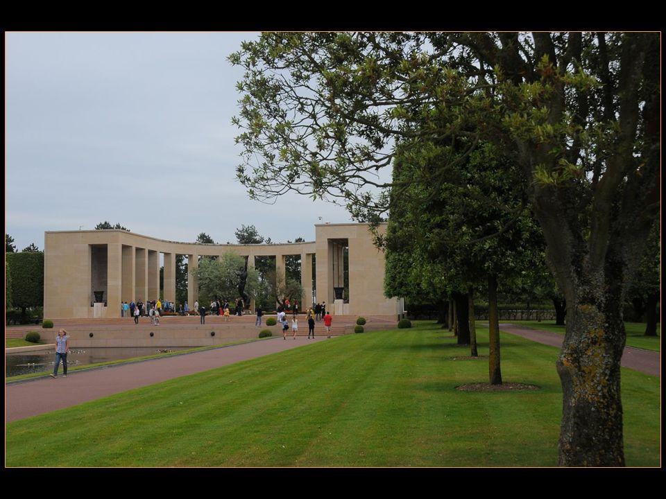 Au mémorial à lentrée, une statue en bronze de 7 m de haut symbolise « LEsprit de la Jeunesse Américaine sélevant des flots » et domine le miroir plan deau