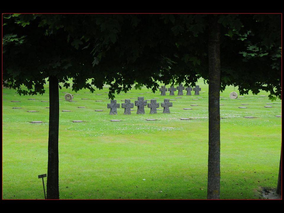 Le cimetière allemand est conçu avec des séries de cinq croix et petites dalles horizontales