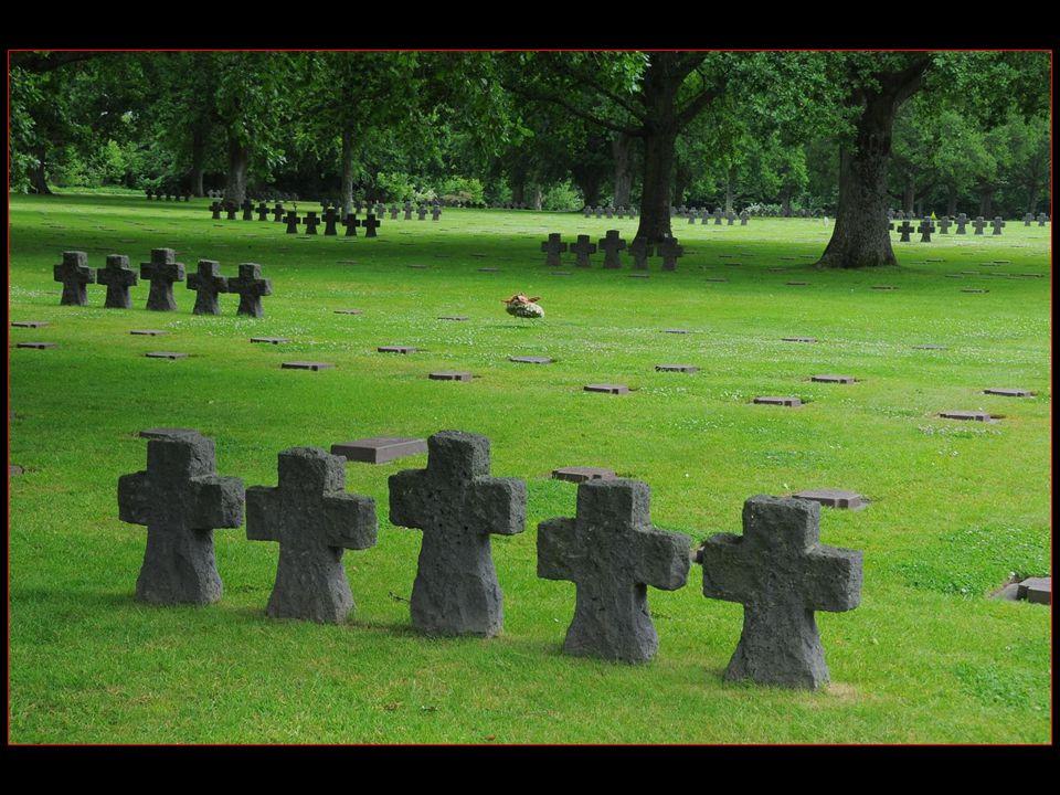 21222 soldats allemands tombés lors des combats de juin à août 1944, au cours de la bataille de Normandie y sont enterrés