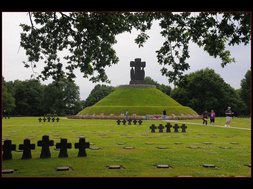 Le tumulus central du cimetière, dominé par une grande croix en lave de basalte haute de 5 m, regroupe 207 soldats inconnus et 89 identifiés dont les noms sont gravés sur des plaques au pied de celui-ci