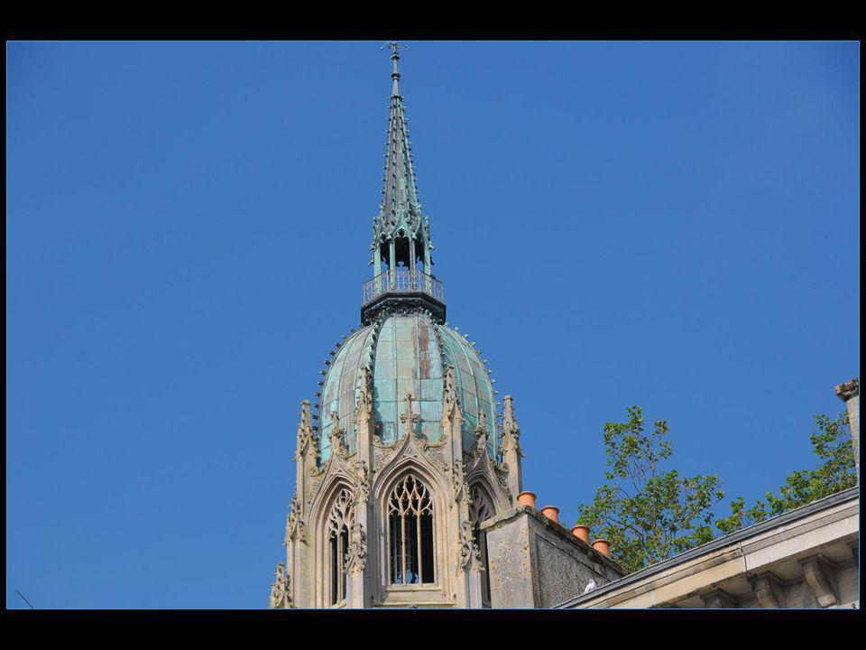 La tour centrale est couronnée dun dôme de cuivre surmonté dune tourelle et dune flèche
