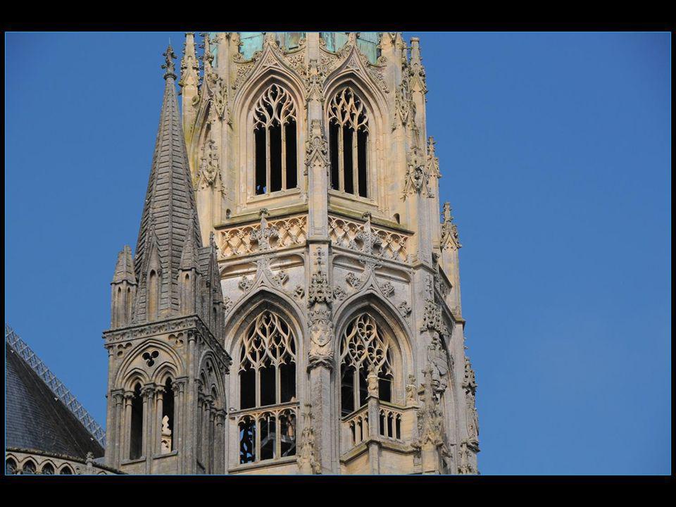 La tour centrale de base carrée est décorée darcatures aveugles.