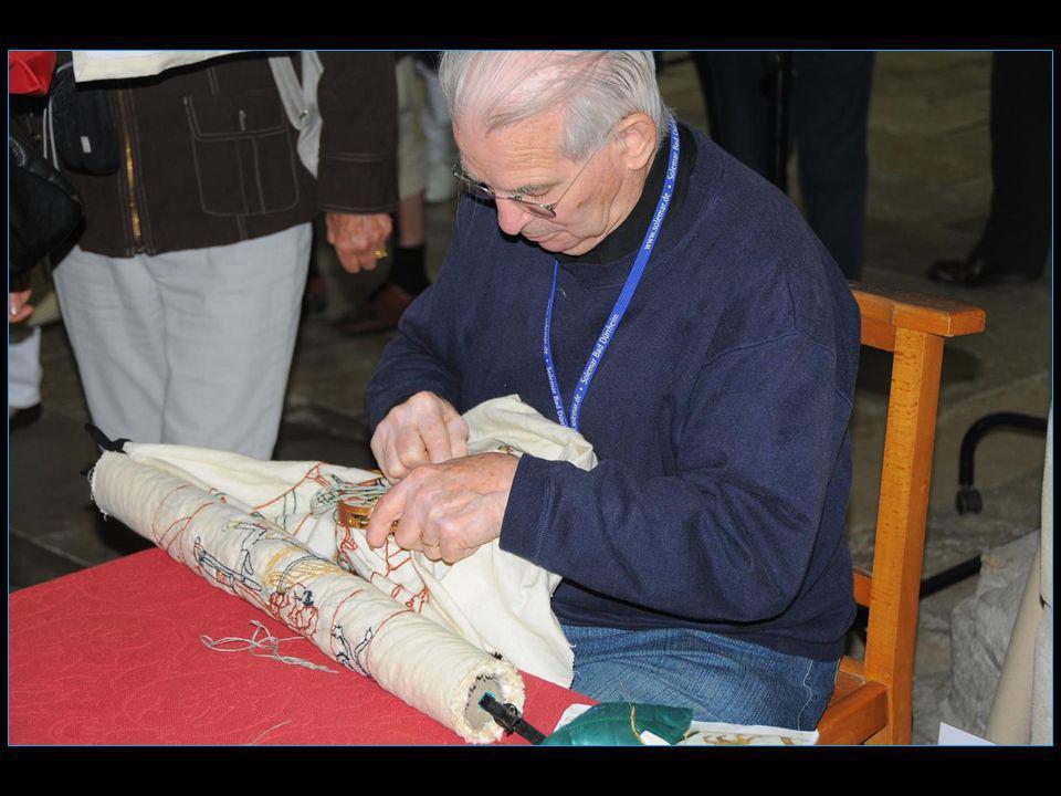 un artisan en plein travail sur une copie de la célèbre broderie de Bayeux