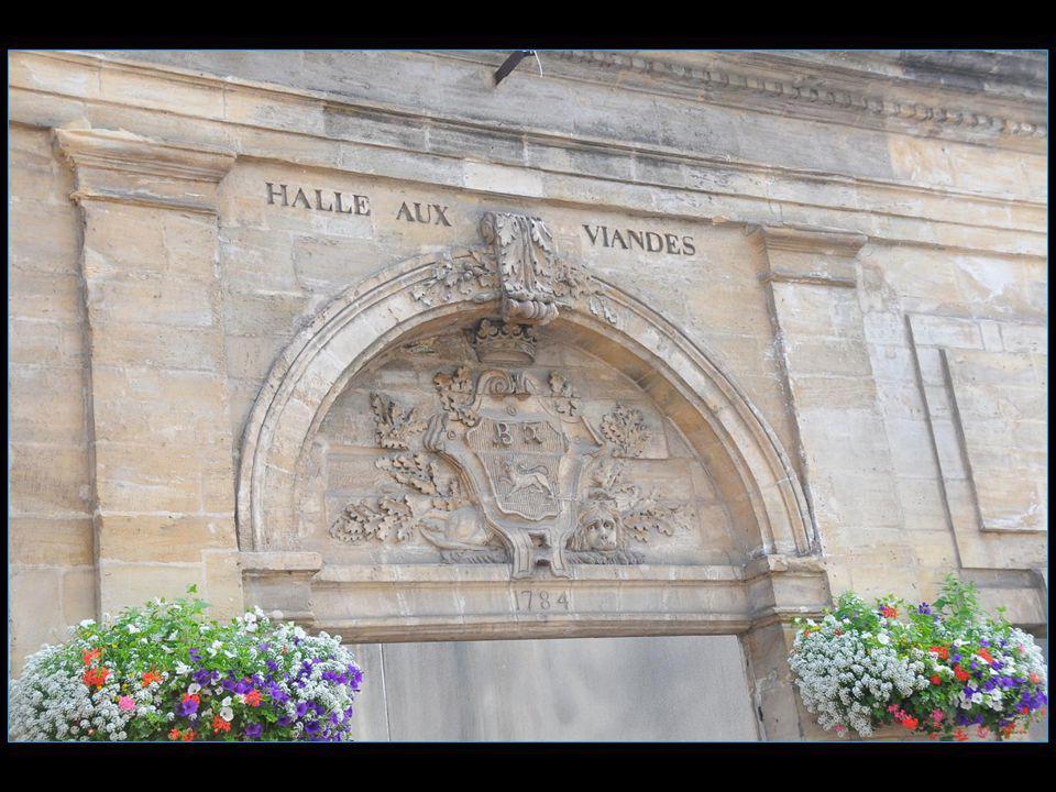 Bayeux est distante de 7 km des côtes de la Manche ( plages du débarquement ) et à 30 km à louest de Caen
