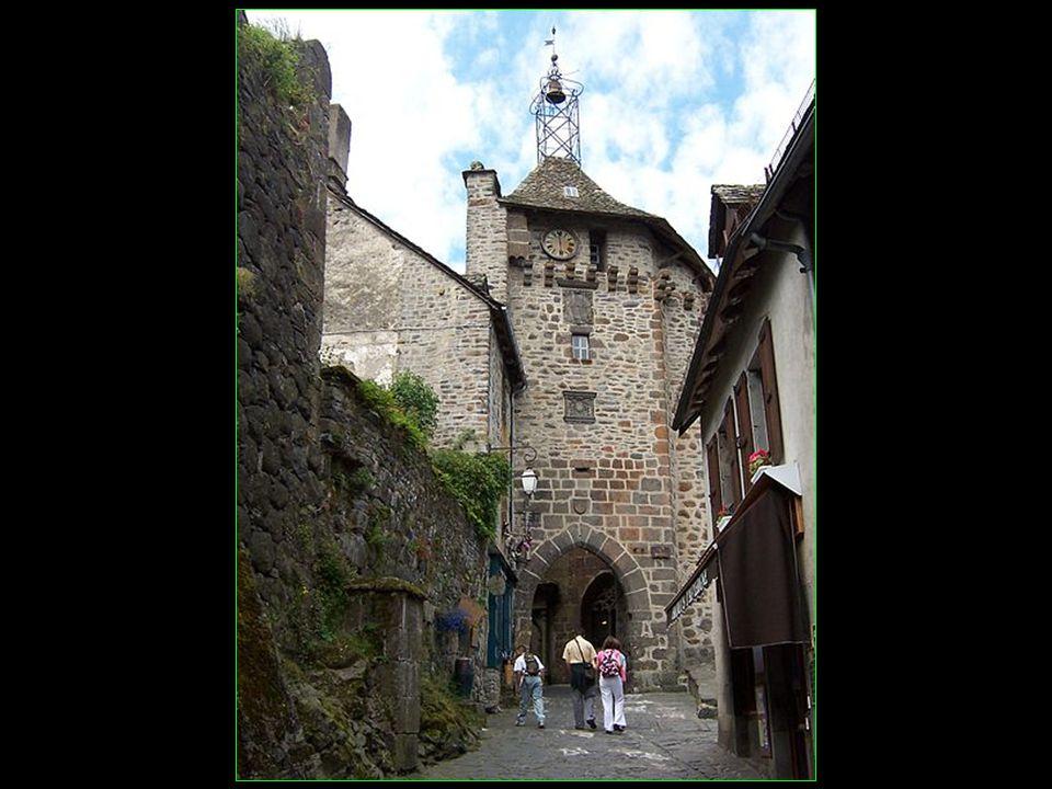 La cité cantalienne est classée parmi les plus beaux villages de France avec ses immeubles inscrits et monuments classés