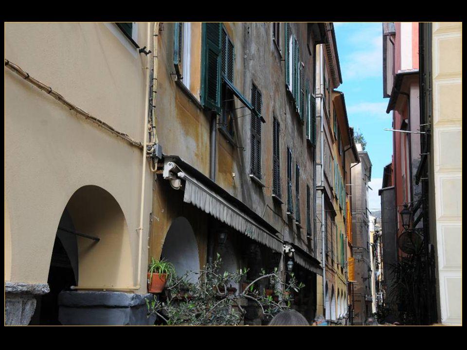 La vieille ville contient De nombreuses arcades Et bâtiments du 13 me siècle