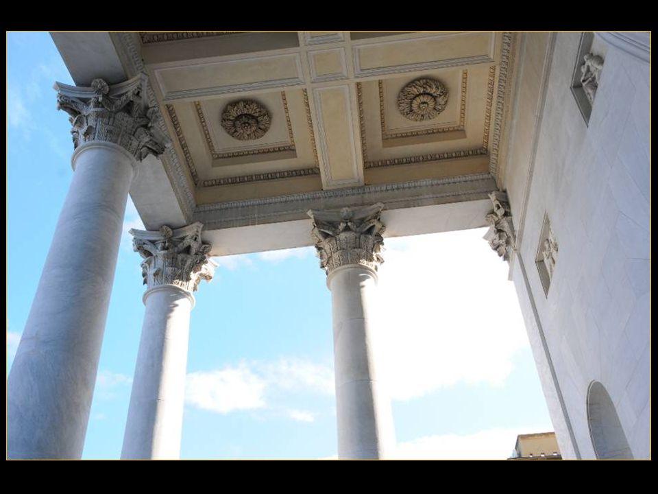 Sur le parvis de La cathédrale