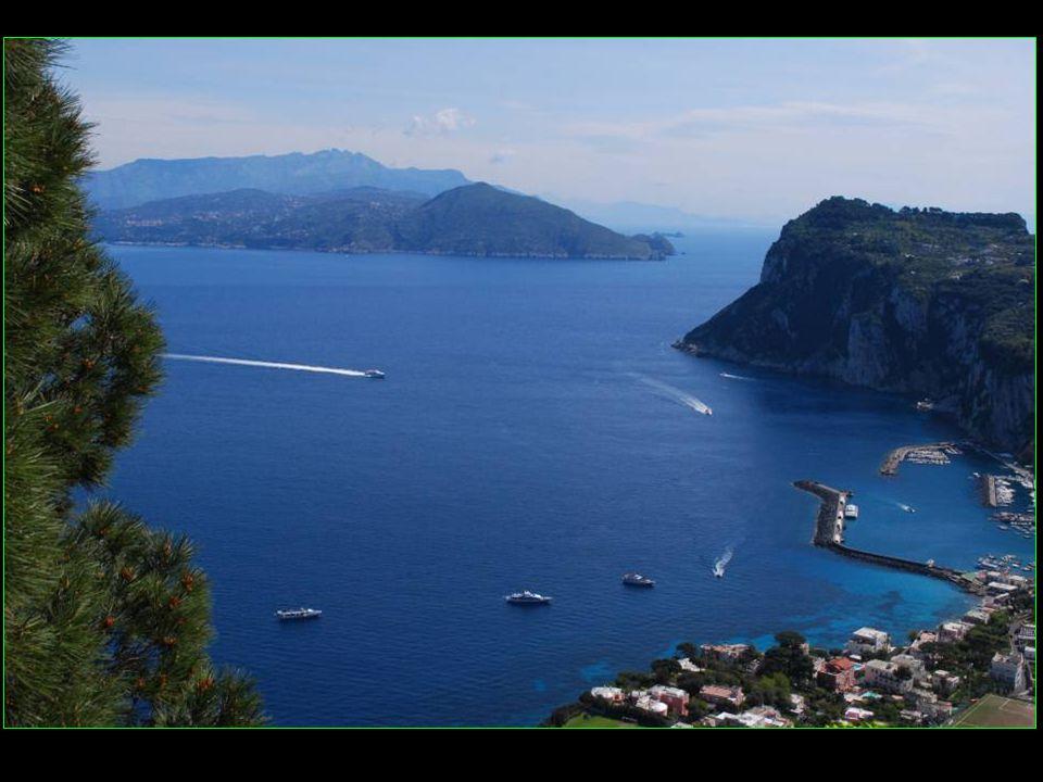 Capri est une île de la baie de Naples située en face de la péninsule de Sorrento